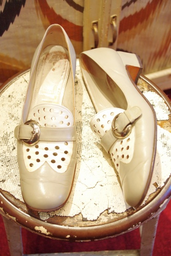 60'S~ SQUARE TOE PUNCHING LEATHER BELTED LOW HEEL PUMPS(L.GRY/WHT)