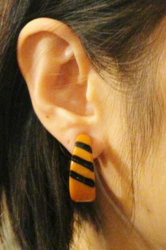 VINTAGE BAKELITE CARVING HOOP EARRINGS (ORG/BLK)