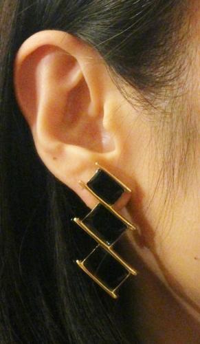 VINTAGE MONET ENAMEL CLIP EARRINGS (GLD/BLK)