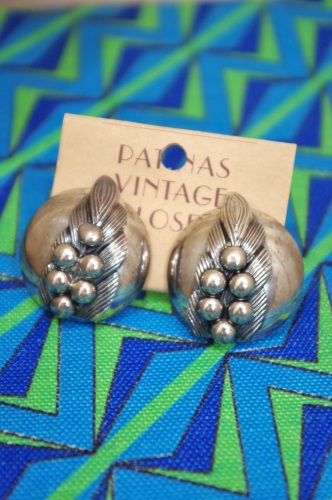 VINTAGE 60'S~ LILY OF THE VALLEY METAL ROUND CLIP EARRING(SLV)
