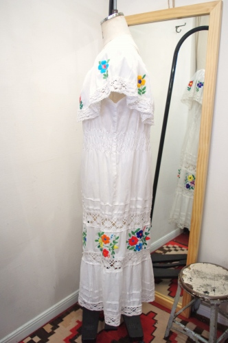 FLOWER EMBROIDERED MEXICAN DRESS(WHT)